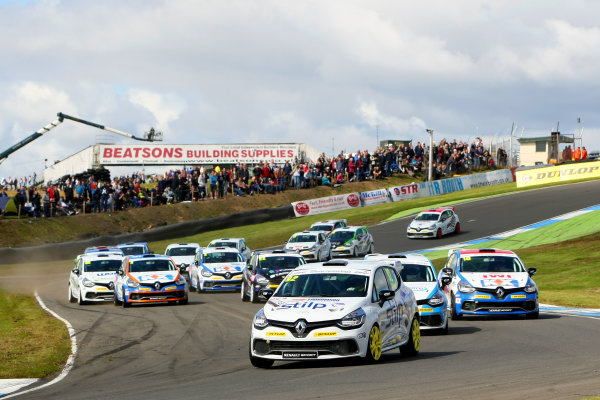 2014 Renault Clio Cup, Knockhill, Scotland. 22nd - 24th August 2014. Start of Race 2 - Jordan Stilp (GBR) 20Ten Racing Renault Clio Cup leads. World Copyright: Ebrey / LAT Photographic.