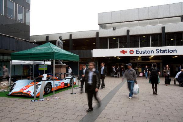 Euston Station, London, England.2nd September 2009. Silverstone 1000KM Promotion, Aston Martin Racing, Lola Aston Martin on display outside the station.Atmosphere.World Copyright: Drew Gibson/LAT Photographic. ref: Digital Image LeMansSeries_Euston-009