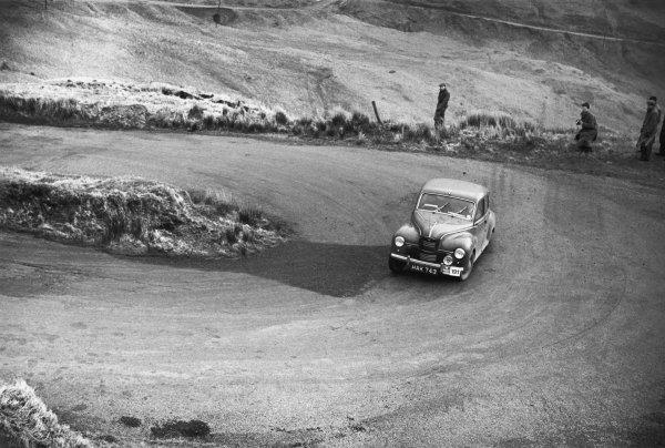 31st March - 2nd April 1952.Marcel Becquart/Roy Lunn (Jowett Javelin sallon), 1st in class, action. World Copyright: LAT Photographic.Ref:  B/WPRINT.