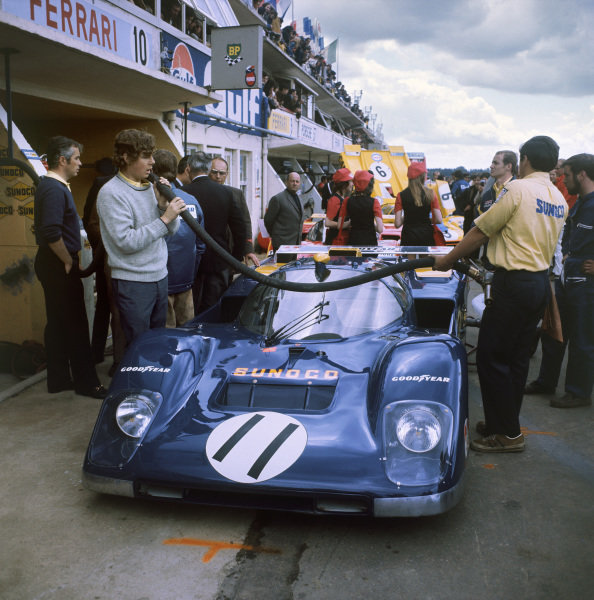 Le Mans, France. 12th - 13th June 1971 Mark Donohue/David Hobbs (Ferrari 512M), retired, pit lane action. World Copyright: LAT Photographic Ref: 4721E