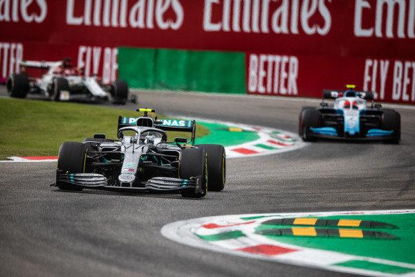 Valtteri Bottas, Mercedes AMG W10, leads Robert Kubica, Williams FW42, and Kimi Raikkonen, Alfa Romeo Racing C38