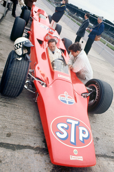 Silverstone, England.Innes Ireland tests the Lotus 56 Indianapolis car.World Copyright: LAT Photographic.Ref: 35mm Colour Transparency.