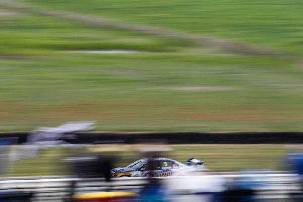 Symmons Plains, Launceston, Tasmania. 12th - 13th November 2010. Rd 12.Car 5,Ford,Ford Falcon FG,Ford Performance Racing,Mark Winterbottom, action.World Copyright: Mark Horsburgh/LAT Photographic.Ref:V8SC_EV12-04094