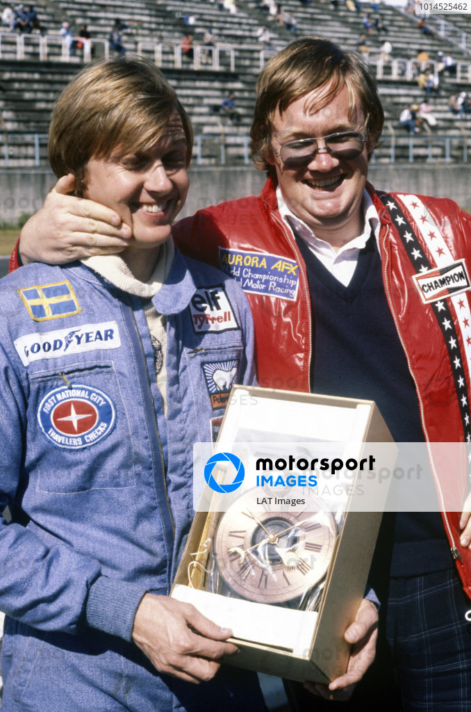 1977 Japanese Grand Prix. Fuji, Shizuoka, Japan. 21 - 23 October 1977. Alan Henry presents Ronnie Peterson with a carriage clock at the circuit, portrait.  World Copyright: LAT Photographic.