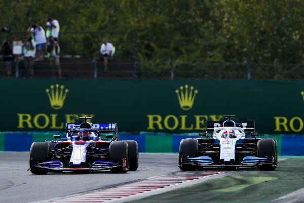 Daniil Kvyat, Toro Rosso STR14, battles with George Russell, Williams Racing FW42