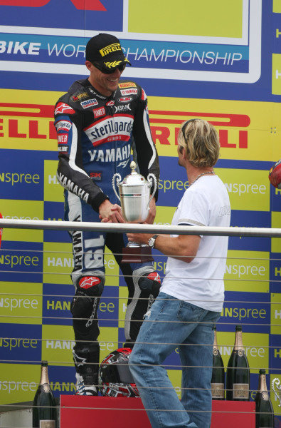 Donington Park, UK. 27th - 28th June 2009.  Ben Spies, Yamaha, receives the race 1 winner's trophy from Carl Fogarty. Portrait.  World Copyright: Kevin Wood/LAT Photographic  Ref: Digital Image IMG_7886a