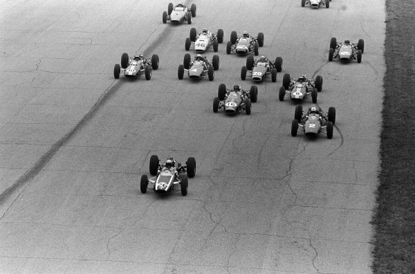 Bruce McLaren, Cooper T73 Climax, leads the field through towards the first turn on the opening lap.