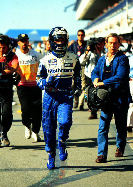1995 Spanish Grand Prix.Catalunya, Barcelona, Spain.12-14 May 1995.Damon Hill (Williams Renault) runs back to the pits during qualifying.World Copyright - LAT Photographic
