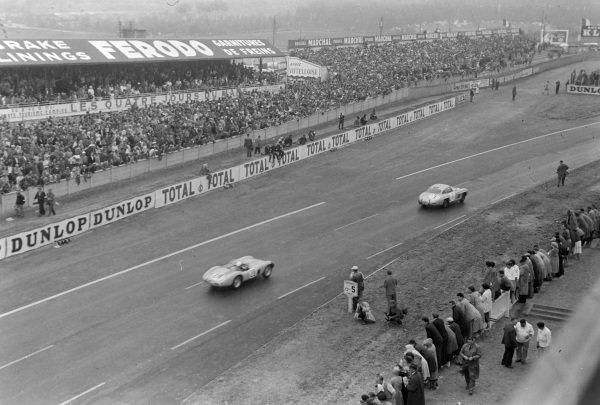 Prince Paul Metternich / Wittigo von Einsiedel, Mercedes-Benz 300 SL, leads Alain den Changy / Lucien Bianchi, Equipe Nationale Belge, Ferrari 500 TR.