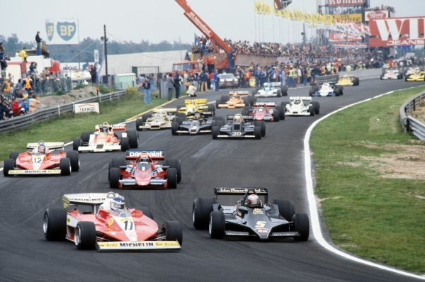 (L to R): Third placed Carlos Reutemann (ARG) Ferrari 312T3 battles with pole sitter and race winner Mario Andretti (USA) Lotus 79 into the first corner at the start of the race.