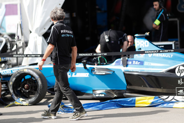 2017/2018 FIA Formula E Championship. Round 1 - Hong Kong, China. Saturday 02 December 2017. Alain Prost looks at the damage to the car of Nicolas Prost (FRA), Renault e.Dams, Renault Z.E 17. Photo: Alastair Staley/LAT/Formula E ref: Digital Image _ALS6543