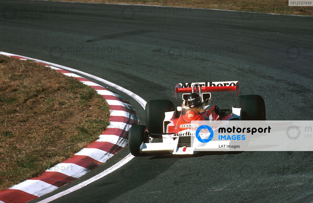 1977 Japanese Grand Prix.Fuji, Shizuoka, Japan.21-23 October 1977.James Hunt (McLaren M26 Ford) 1st position, taking his last Grand Prix win.Ref-77 JAP 19.World Copyright - LAT Photographic