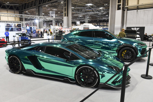 Yiannimize vehichle wrapping stand