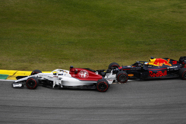 Daniel Ricciardo, Red Bull Racing RB14 Tag Heuer, makes contact with Marcus Ericsson, Sauber C37 Ferrari.