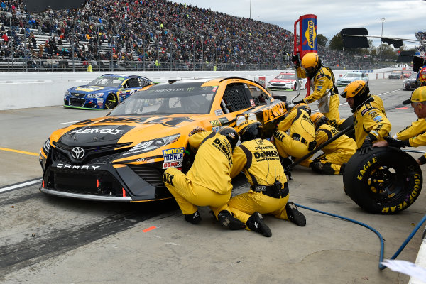 Monster Energy NASCAR Cup Series First Data 500 Martinsville Speedway, Martinsville VA USA Sunday 29 October 2017 Matt Kenseth, Joe Gibbs Racing, DEWALT Flexvolt Toyota Camry pit stop World Copyright: Scott R LePage LAT Images ref: Digital Image lepage-171029-mart-8435