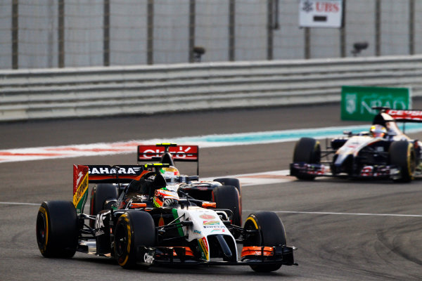 Yas Marina Circuit, Abu Dhabi, United Arab Emirates. Sunday 23 November 2014. Sergio Perez, Force India VJM07 Mercedes, leads Esteban Gutierrez, Sauber C33 Ferrari. World Copyright: Sam Bloxham/LAT Photographic. ref: Digital Image _G7C2263