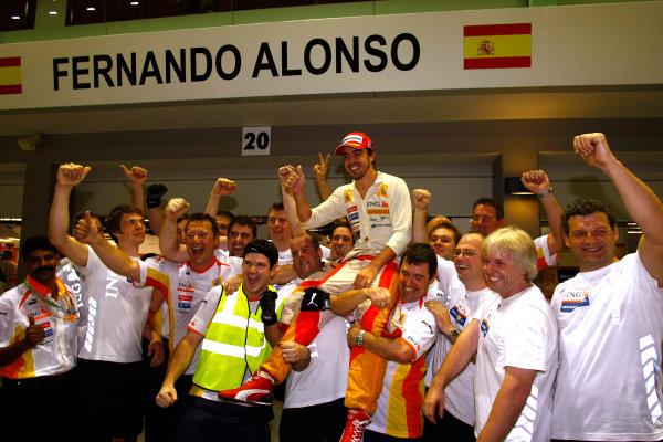 Marina Bay Circuit, Singapore. 27th September 2009. Fernando Alonso, Renault R29 celebrates with his team. World Copyright: Charles Coates/LAT Photographic ref: Digital Image _26Y7776