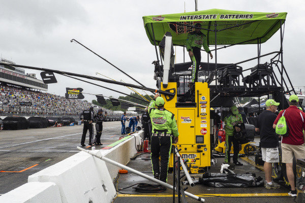 #18: Kyle Busch, Joe Gibbs Racing, Toyota Camry Interstate Batteries crew packing up his pit box