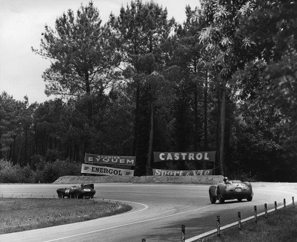 Le Mans, France. 21st - 22nd June 1958 Duncan Hamilton/Ivor Bueb (Jaguar D-type), retired, leads Phil Hill/Olivier Gendebien (Ferrari 250TR), 1st position, action. World Copyright: LAT Photographic Ref: Autocar Used Pic 27th June 1958 Pg 959.