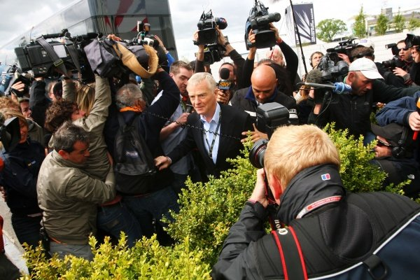 Max Mosley (GBR) FIA President swamped by the media. Formula One World Championship, Rd 8, British Grand Prix, Practice Day, Silverstone, England, Friday 19 June 2009. BEST IMAGE