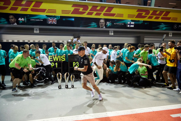 Marina Bay Circuit, Marina Bay, Singapore. Sunday 17 September 2017. Lewis Hamilton, Mercedes AMG, 1st Position, Valtteri Bottas, Mercedes AMG, 3rd Position, and the Mercedes team celebrate victory. World Copyright: Steve Etherington/LAT Images  ref: Digital Image SNE19569