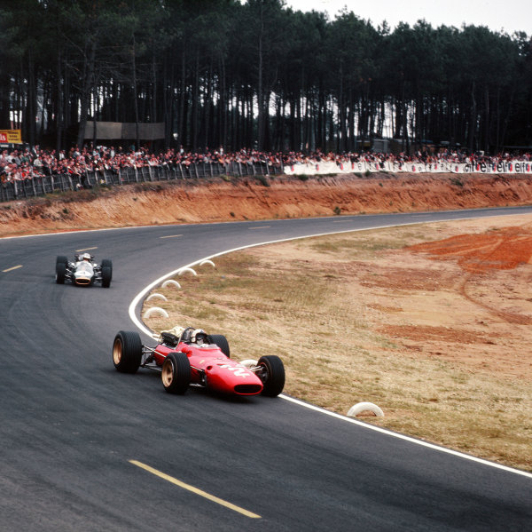 Bugatti Circuit, Le Mans, France.30/6-2/7 1967.Chris Amon (Ferrari 312) leads Denny Hulme (Brabham BT24 Repco). Hulme finished in 2nd position.Ref-3/3025.World Copyright - LAT Photographic