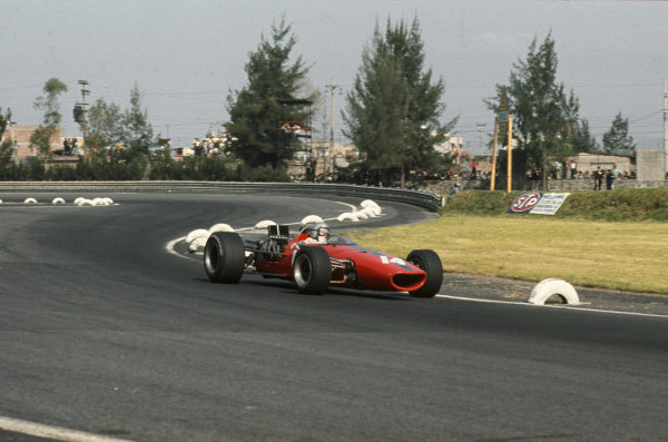 Mexico City, Mexico. 20 - 22 October 1967.  Bruce McLaren (McLaren M5A BRM) retired.  Ref: 67MEX06. World Copyright: LAT Photographic