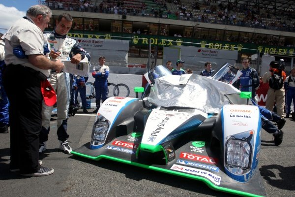 Benoit Treluyer (FRA) on the grid with the Pescarolo Sport Peugeot 908 HDi-FAP.