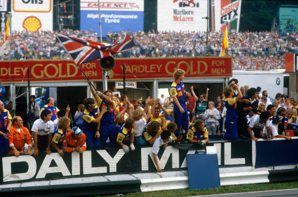 Brands Hatch, England. 11-13 July 1986. Williams team on pitwall cheer home Nigel Mansell (Williams FW11 Honda), 1st position. Ref: 86 GB 13. World Copyright - LAT Photographic