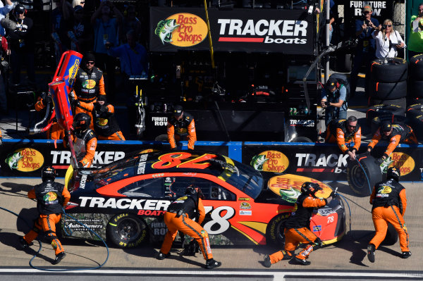 21-23 October, 2016, Talladega, Alabama USA Martin Truex Jr, Bass Pro Shops/Tracker Boats Toyota Camry pit stop ? 2016, Nigel Kinrade LAT Photo USA