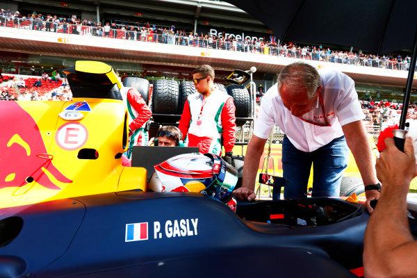 2016 GP2 Series Round 1.  Circuit de Catalunya, Barcelona, Spain. Saturday 14 May 2016. Helmut Marko, Consultant, Red Bull Racing talks with Pierre Gasly (FRA, PREMA, Racing). Photo: Zak Mauger/GP2 Series Media Service. ref: Digital Image _79P0597