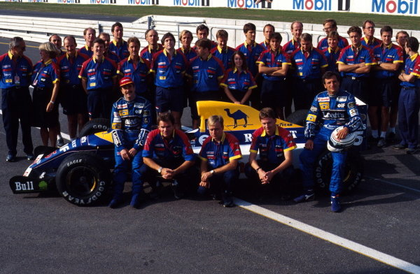 The 1992 Williams team pose for a photo with Nigel Mansell and Riccard Patrese.