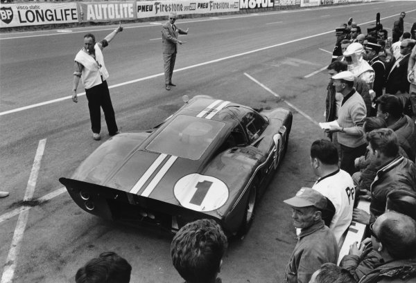 Le Mans, France. 10-11 June 1967 Dan Gurney/A J. Foyt (Ford GT40), 1st position, pit stop action. World Copyright: LAT Photographic Ref:  550K - 20-20A.