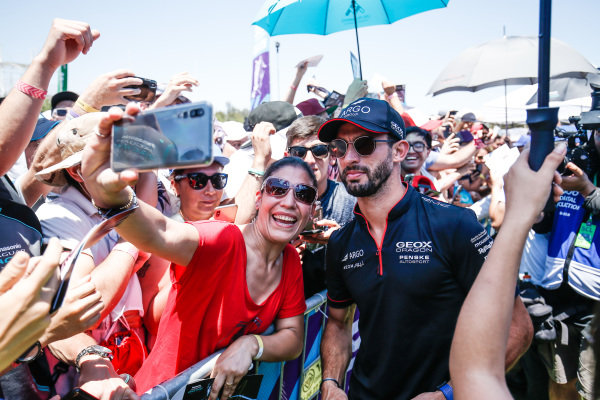 Jose Maria Lopez (ARG), GEOX Dragon Racing takes a selfie with a fan