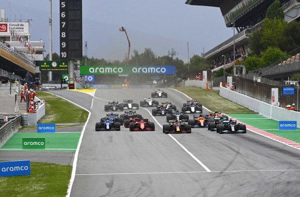 Sir Lewis Hamilton, Mercedes W12, leads Max Verstappen, Red Bull Racing RB16B, Valtteri Bottas, Mercedes W12, Charles Leclerc, Ferrari SF21, Esteban Ocon, Alpine A521, and the rest of the field away at the start