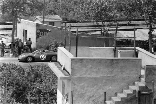 Nino Vaccarella / Lorenzo Bandini, Ferrari SEFAC, Ferrari 275 P2.