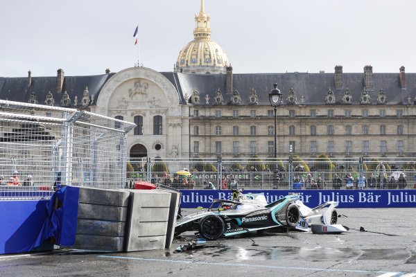 Alex Lynn (GBR), Panasonic Jaguar Racing, Jaguar I-Type 3, crashes into the barrier with Edoardo Mortara (CHE) Venturi Formula E, Venturi VFE05 rear ended him