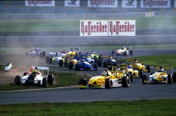 Mayhem at the start of the race.German Formula Renault Championship, 14 October 2001, Oschersleben, Germany.BEST IMAGE