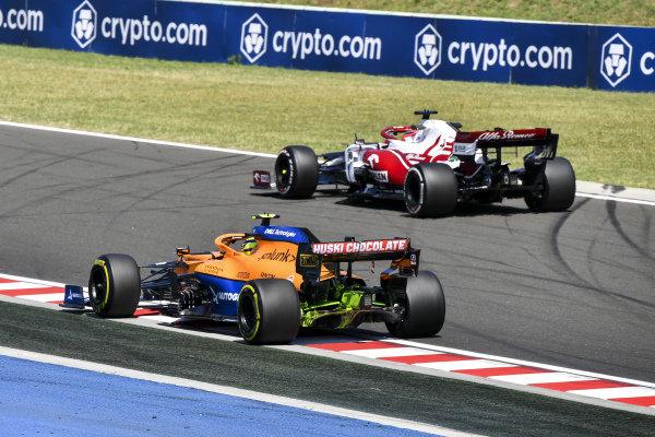 Robert Kubica, Alfa Romeo Racing C41, leads Lando Norris, McLaren MCL35M
