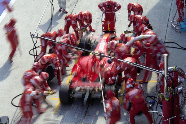 Kimi Räikkönen, Ferrari F2007 pitstop.