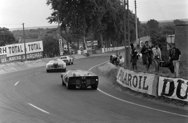 Gustave Gosselin / Eric de Keyn, Equipe Nationale Belge, Ferrari 250 LM, leads Jochen Neerpasch / Jacky Ickx, Essex Wire Corporation, Ford GT40, and Bruce McLaren / Chris Amon, Shelby American Inc., Ford Mk II.