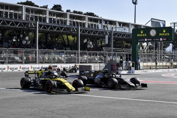 Nico Hulkenberg, Renault R.S. 19 and Kevin Magnussen, Haas VF-19 battle
