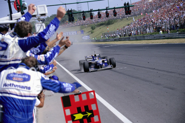 Jacques Villeneuve, Williams FW18 Renault, and the Williams team celebrate victory.