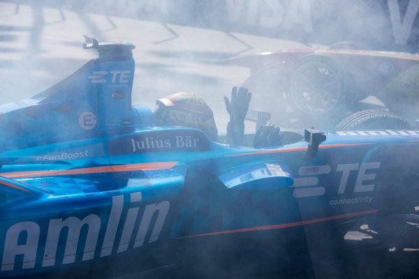 2015/2016 FIA Formula E Championship. Long Beach ePrix, Long Beach, California, United States of America. Saturday 2 April 2016. Sebastien Buemi (SUI), Renault e.Dams Z.E.15 and Robin Frijns (NLD), Andretti - Spark SRT_01E crash. Photo: Zak Mauger/LAT/Formula E ref: Digital Image _79P6280