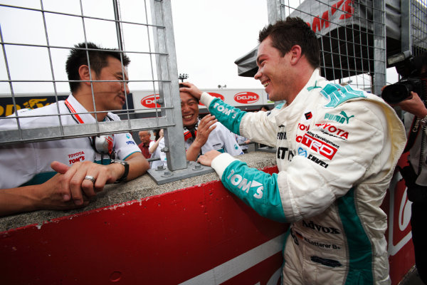 Motegi, Japan. 8th - 9th August 2009.Rd6  - Winner Andre Lotterer ( #36 PETRONAS TEAM TOM'S ), celebrate a victory with his engineers in the parcferme, portrait World Copyright: Yasushi Ishihara/LAT Photographicref: Digital Image 2009FN_Rd6_006