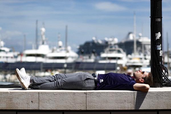 Robin Frijns (NLD), Envision Virgin Racing, sleeps on a wall