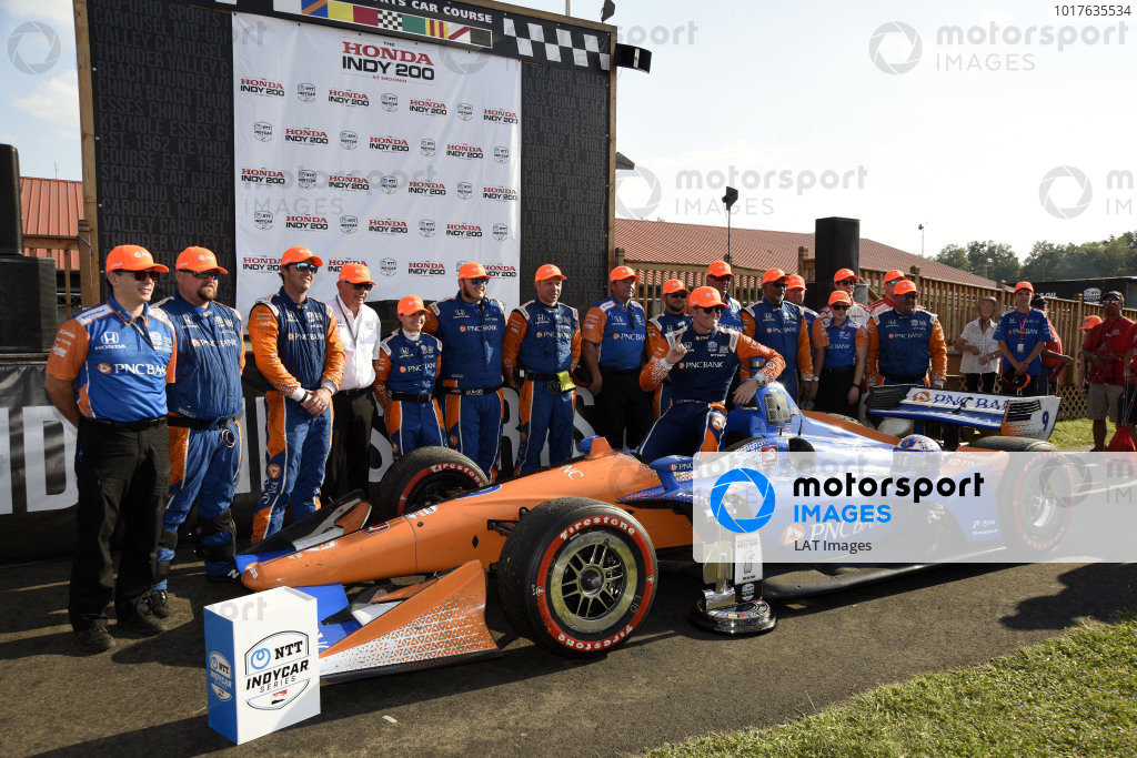 Scott Dixon, Chip Ganassi Racing Honda celebrates his victory with his crew