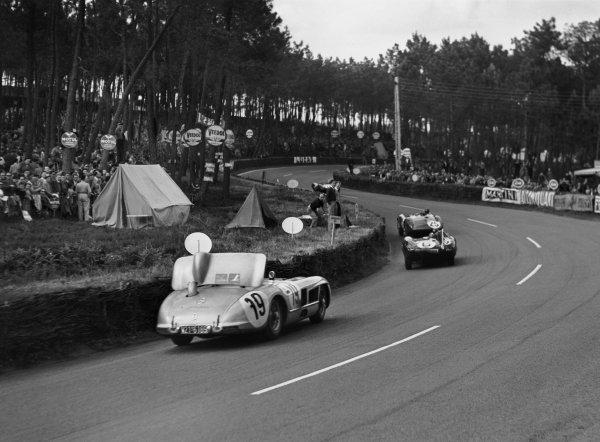 Le Mans, France. 11-12 June 1955.Mike Hawthorn/Ivor Bueb (Jaguar D-type), 1st position leads Juan Manuel Fangio/Stirling Moss (Mercedes-Benz 300S), retired, action.World Copyright: LAT PhotographicRef: C43757