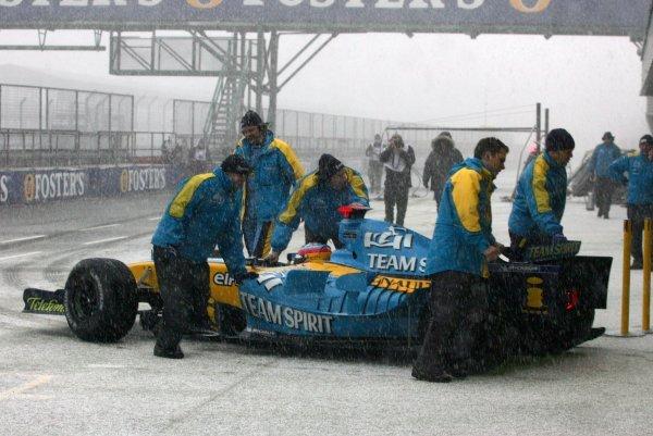 Fernando Alonso (ESP) Renault R25 has testing cut short by snow.Formula One Testing, Silverstone, England, 22 February 2005.DIGITAL IMAGE