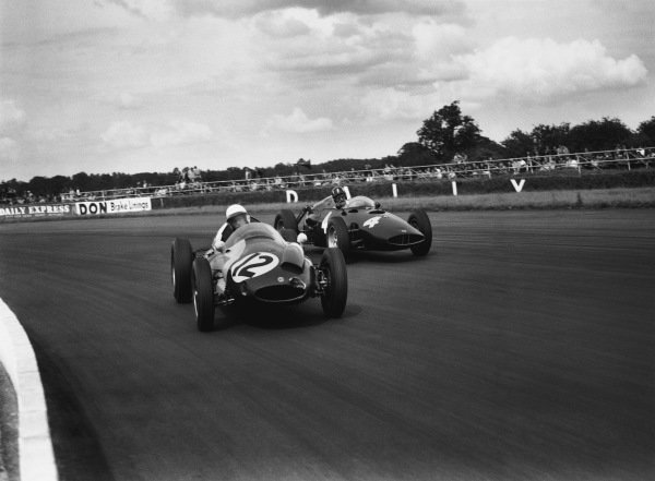 Silverstone, England. 16th July 1960.Tony Brooks (Cooper T51-Climax), 5th position leads Graham Hill (BRM P48), retired, action. World Copyright: LAT Photographic.Ref:  Autocar Glass Plate C59322
